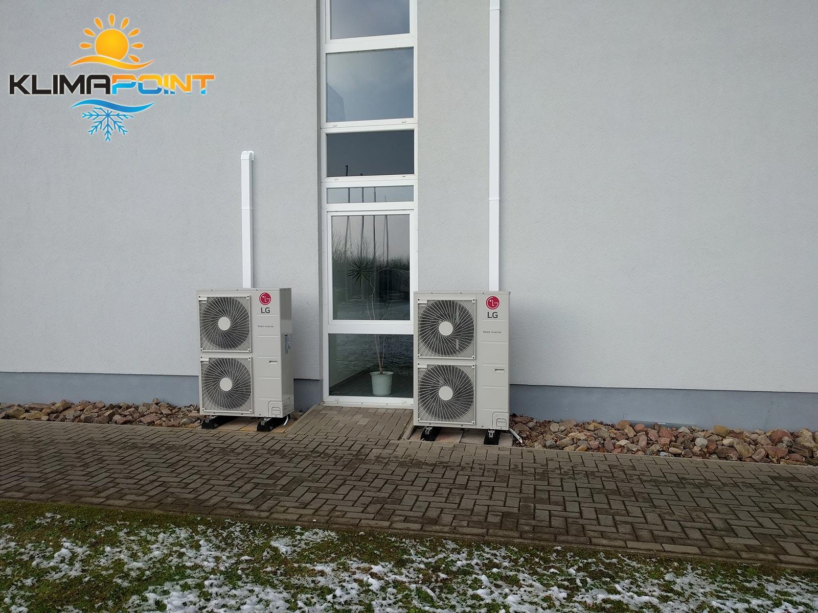 Białe korytka z instalacją chłodniczą na elewacji przy jednostkach zewnętrznych klimatyzatorów LG