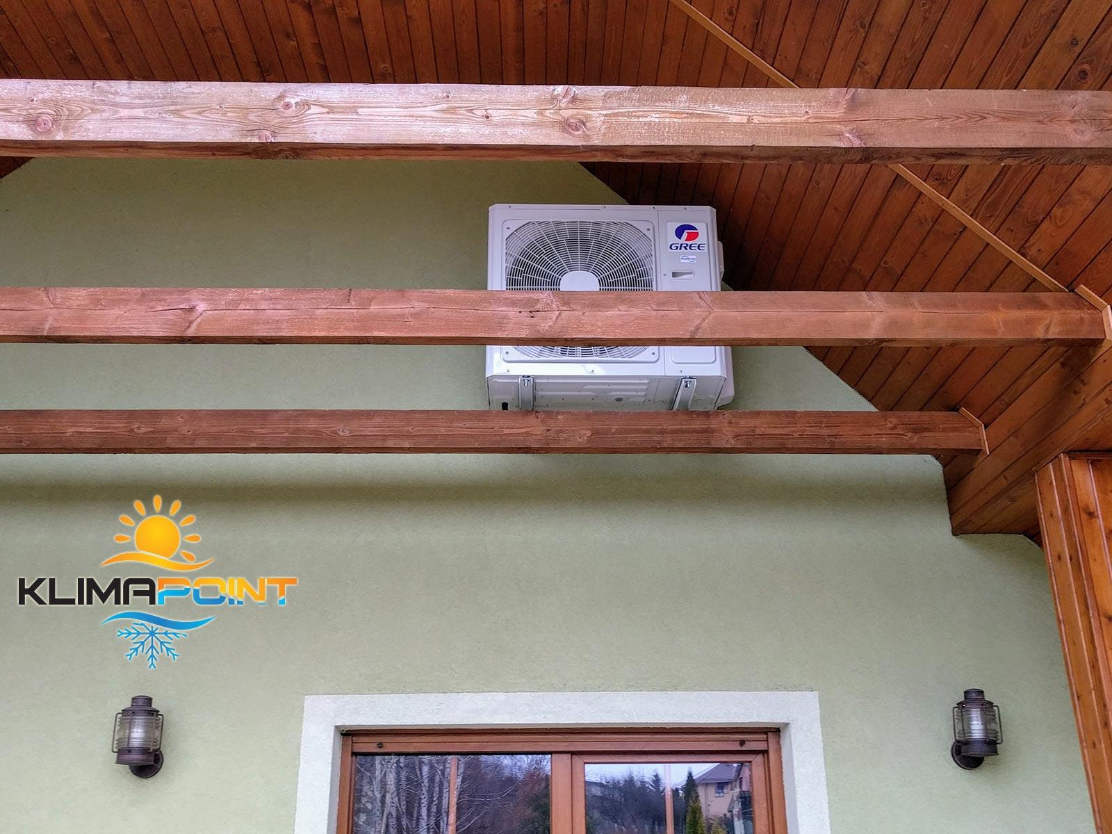 Jednostka zewnętrzna klimatyzatora GREE na elewacji z instalacją na poddaszu