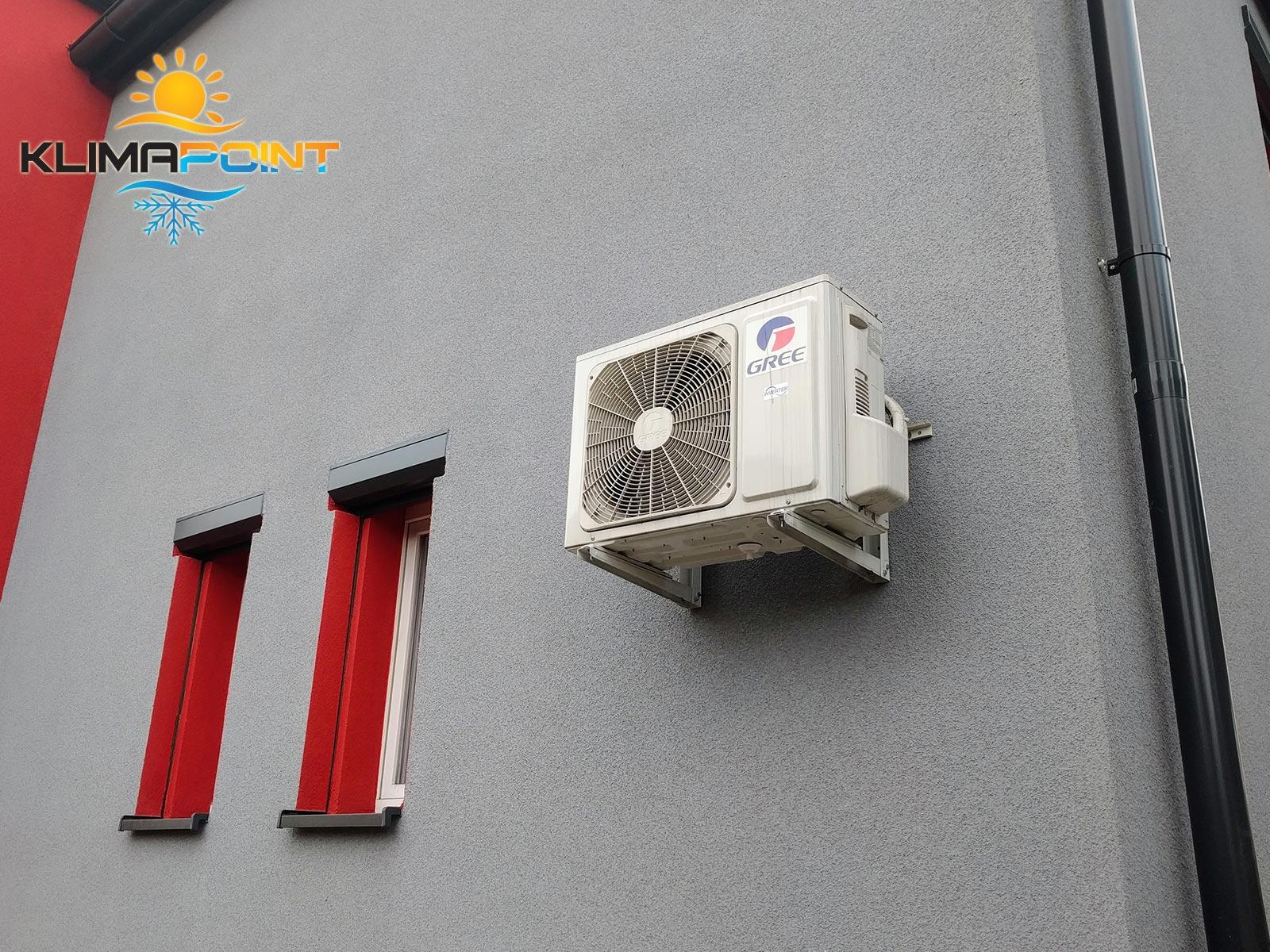 Jednostka zewnętrzna klimatyzatora GREE na elewacji